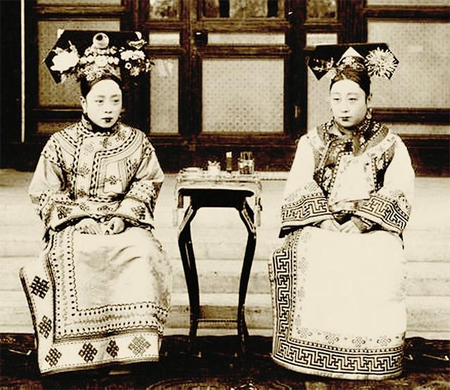 荣源母亲(左)与亲家太太