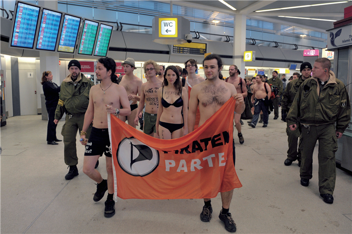 """有些民众甚至只穿内衣来机场,以示对""""裸体安检""""的抗议"""