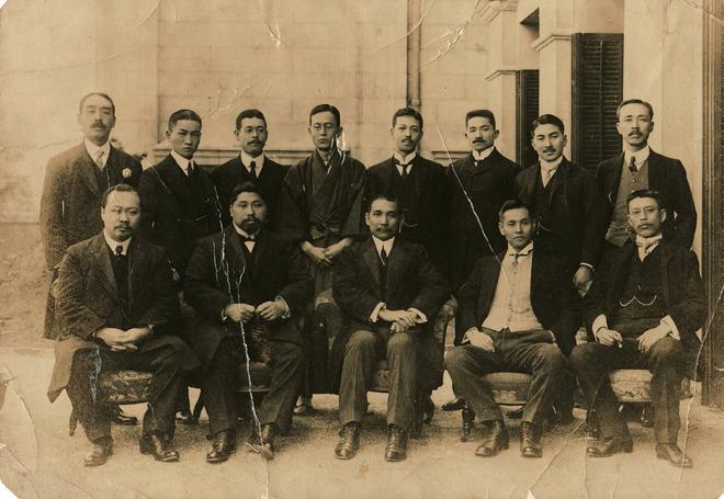 1913年,孙中山与黄兴等人合影于上海正金银行