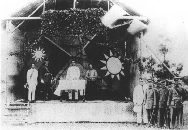 1924年6月16日,孙中山主持黄埔军校开学典礼。台上右一为宋庆龄,右二为孙中山,右三为蒋介石,右四为廖仲恺