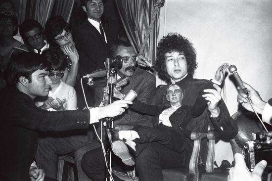 1966年,鲍勃・迪伦在巴黎接受采访