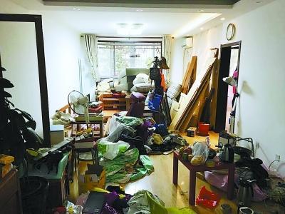 老人97平米的家中一片狼藉 图/北京晚报