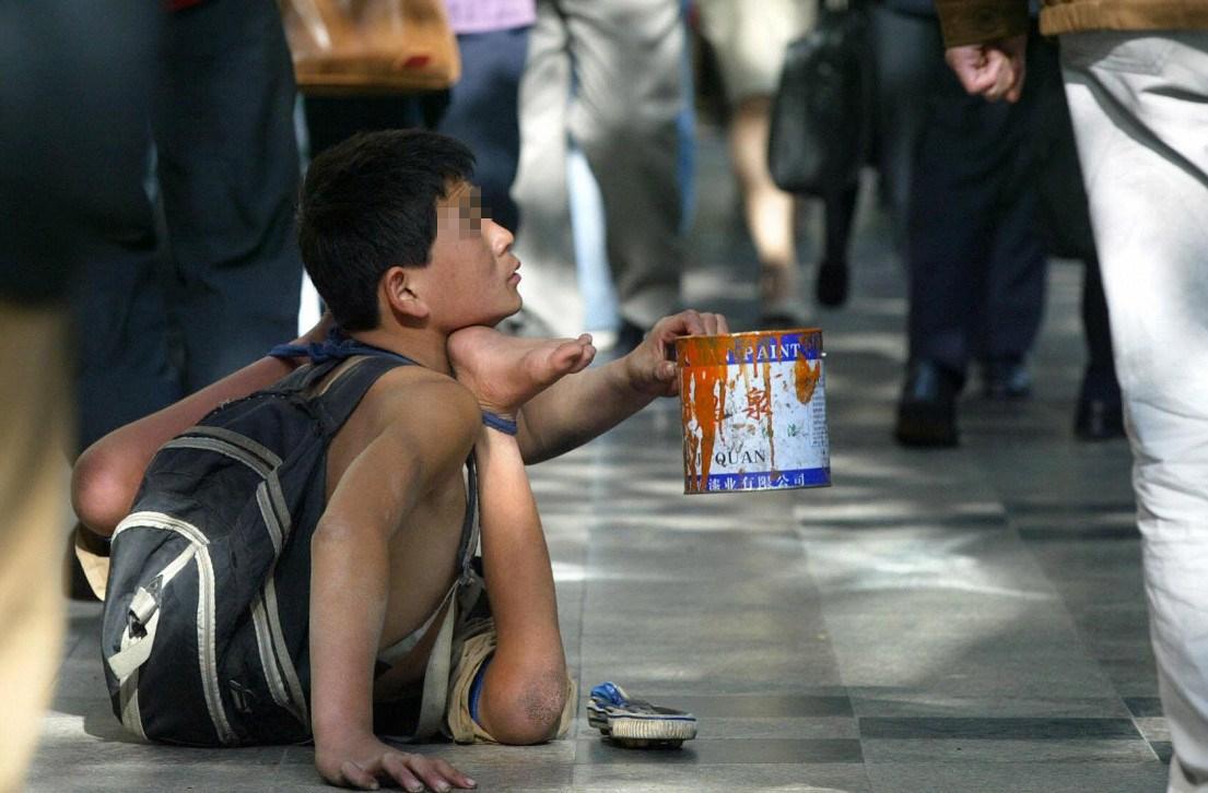 在街上行乞的残疾儿童