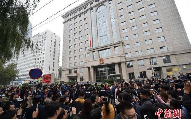 王宝强马蓉离婚案10月18日下午举行庭前会议,北京朝阳法院门口被媒体和围观者拥堵。
