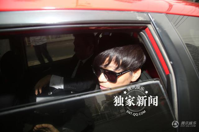 昨天王宝强与律师同车出现在朝阳法院门口。