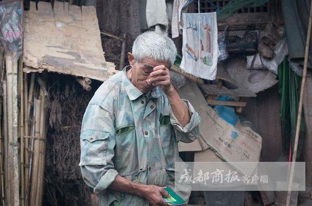 """资阳五保户老人钟广福遭遇村官强迫吃饭。这刷新了人们对""""村霸""""的认知,但这种腐败还只是小节。"""