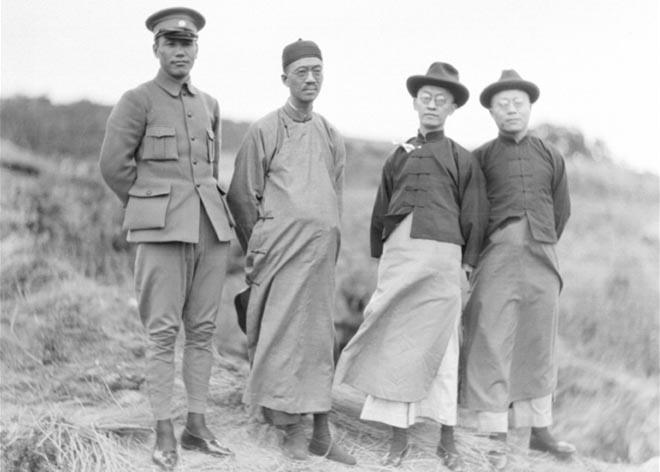 北伐时期,蒋介石(左一)与胡汉民(左三)合影,此一时期,蒋、胡关系密切。