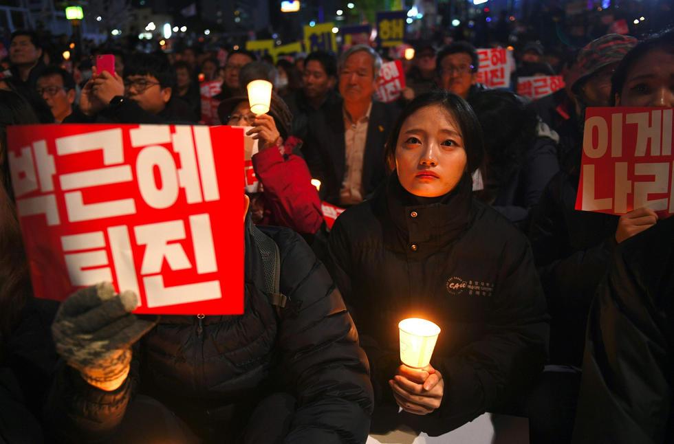 10月29日晚,2万名韩国民众在光华门举行烛光示威集会,要求朴槿惠下台