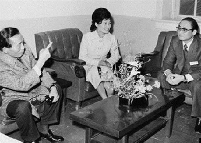 1976年,朴正熙(左)、朴槿惠(中)、崔太敏(右)合影