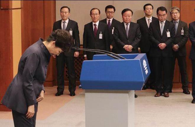 """朴槿惠为""""闺蜜干政""""事件向韩国人民道歉"""