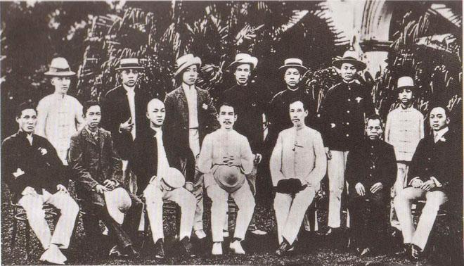 1906年春,孙中山在新加坡同盟会分会成立时与会员合影于晚晴园。该会实际上是孙痛感同盟会总部形同散沙而另外成立,该会直接对孙负责。