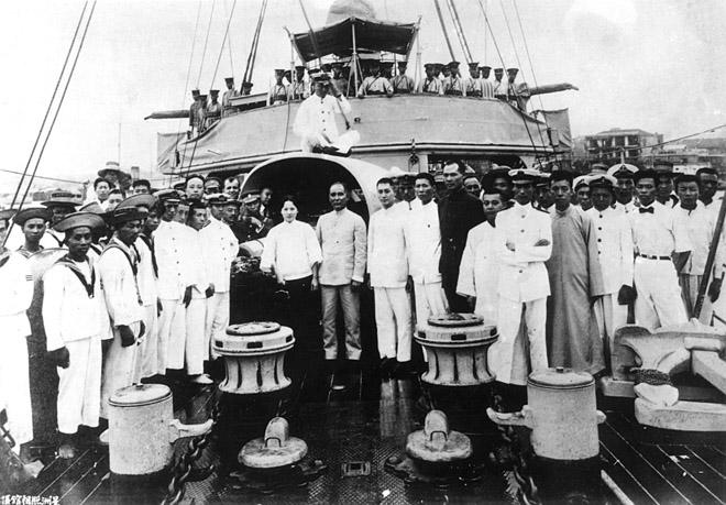 1923年8月14日,孙中山、宋庆龄在永丰舰上与海军官兵合影