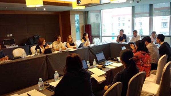 中盖项目人员讨论结核病防治工作