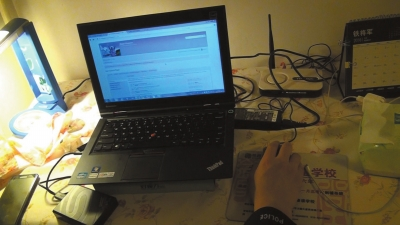 民警在嫌疑人孙某家起获笔记本电脑、硬盘等涉案物品。 图片来源:京华时报