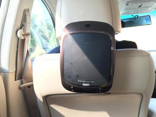 除过司机统一着装,并为乘客提供开门服务,首汽约车在每辆车内装有空气净化器。