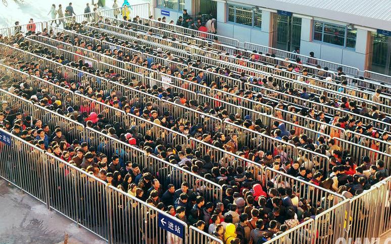 在北京某些地铁站点,即使早晚高峰,安检也要进行