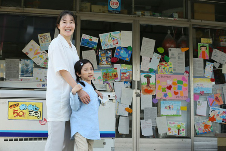 韩国电影《素媛》剧照,该电影展现了一个差点被儿童性侵毁灭的家庭努力疗伤的过程