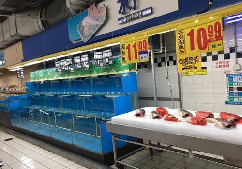 照片左侧的鲜活河鱼全部下架了