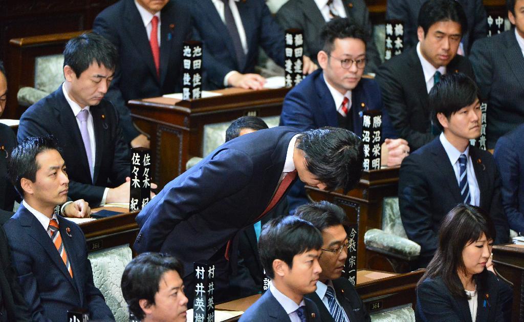 日本众议院议员宫崎谦介在国会上就其在妻子怀孕期间出轨一事正式道歉