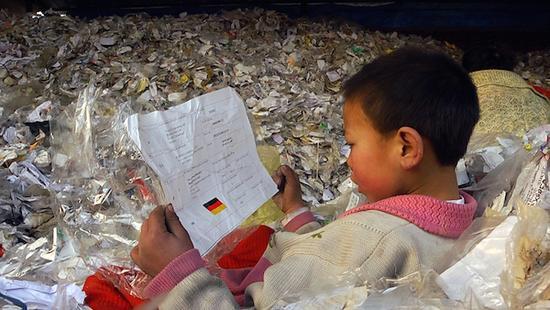 纪录片《塑料王国》中的儿童正在辨认德国国旗