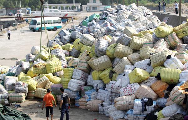 深圳海关查获销毁千余吨走私的旧衣物,图为堆放在码头的旧衣物