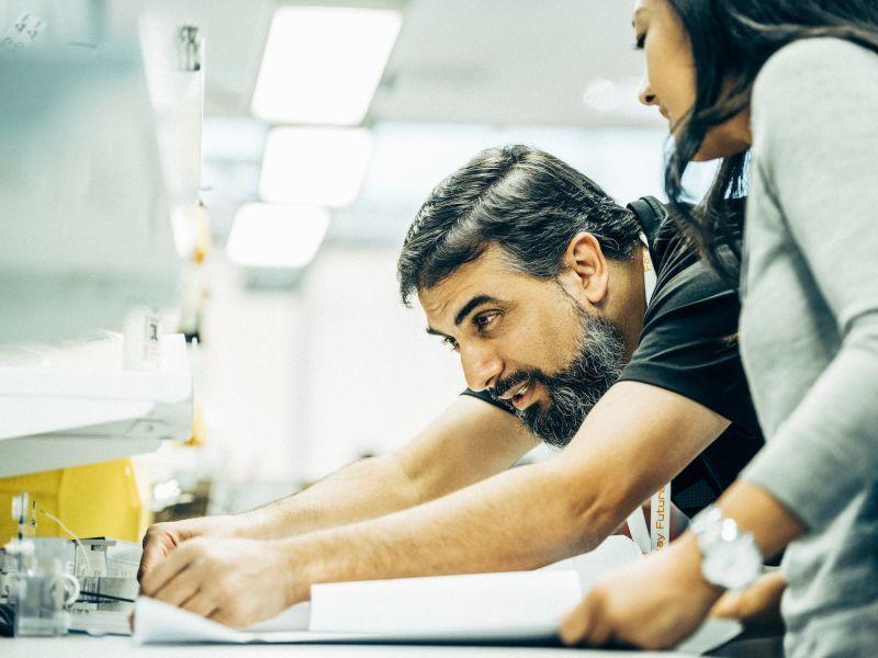 车身工程总监Umran Ashraf (左一)告诉腾讯财经,FF用大量电脑模型代替实体车实验,缩短工时,降低成本。