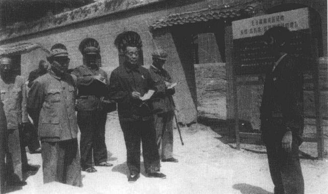 1954年,沈醉(左起第三人)等人组织参观延安窑洞