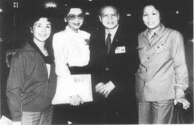 1985年,沈醉在人民大会堂与夏梦(左二)等人合影