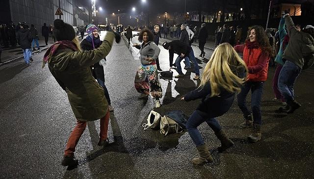 芬兰赫尔辛基,当地举行焰火表演,迎接新年到来