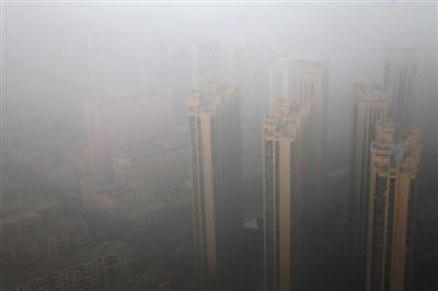 距离任务完成日还有十天,石家庄雾霾再度爆表。图片来源:新华社