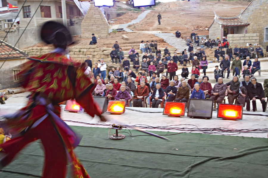 2009年农历3月23日,福建湄洲,纪念妈祖1049岁诞辰日庙会上演地方戏。东方IC供图