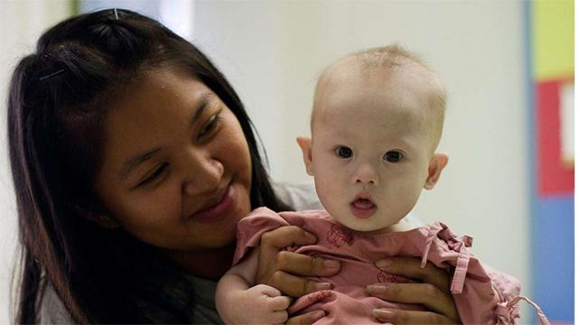 泰国代孕母亲尚比亚和她的儿子盖米
