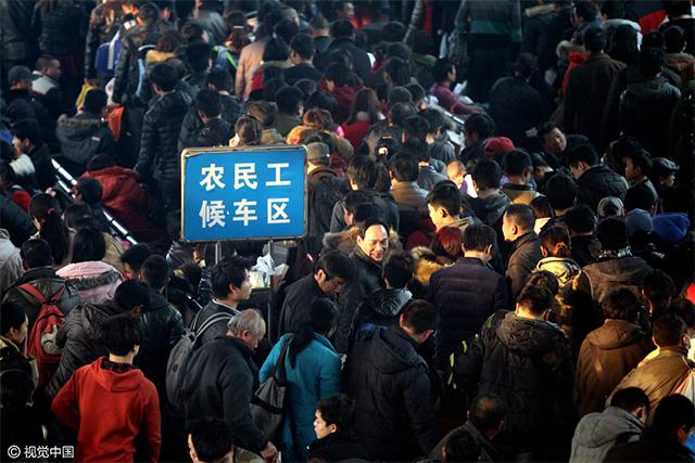 2014年春运期间,郑州火车站开设了农民工候车专区