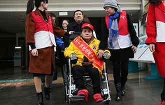 """""""衡阳好人""""坐着轮椅做义工_中国人的一天_腾讯新闻_腾讯网"""