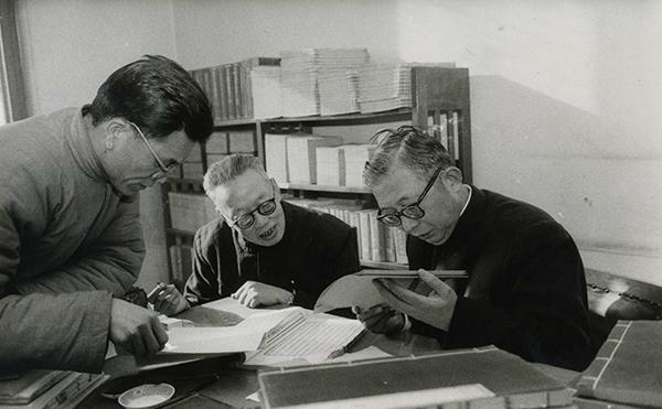 1971年后的二十四史点校工作现场,右起:白寿彝、唐长孺、魏连科