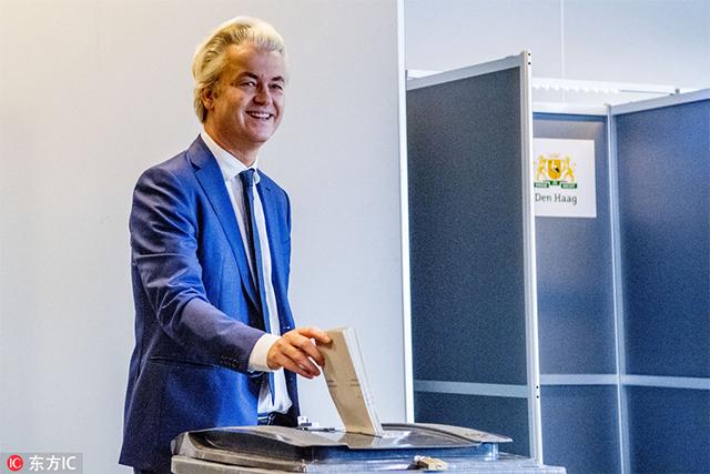 2017年3月15日,荷兰大选举行,极右翼政党自由党的领导人威尔德斯现身投票