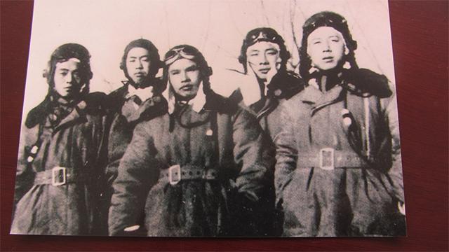 杨大方(右一)和他的空军战友