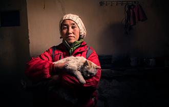 一个随着村庄飘零在路上的女人_中国人的一天_腾讯新闻_腾讯网