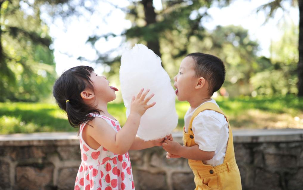 北京动物园,一对兄妹正在公园里一起吃一根棉花糖。CFP供图