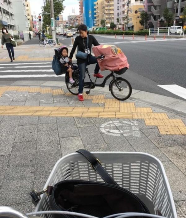 """国外街头经常出现""""一个人带一个团队的娃"""""""