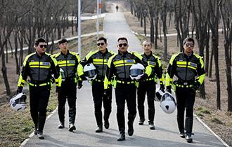 骑警骑800斤摩托守卫道路安全_中国人的一天_腾讯新闻_腾讯网