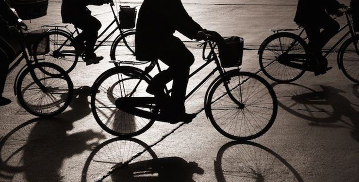 骑共享单车摔伤,到底应该谁来赔?