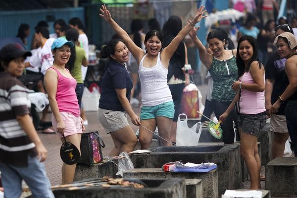 周末在中环广场休息的菲佣,已是香港一景