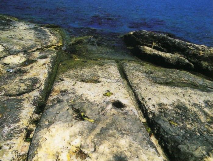 图7和图8:马耳他的车辙,甚至一直通向大海
