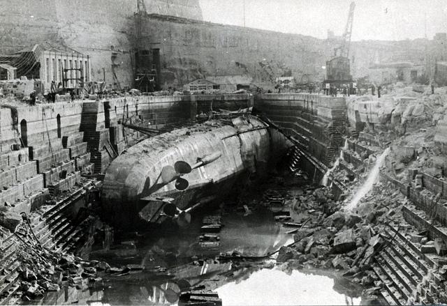 """图15:在""""大港""""码头中轰炸潜水艇"""