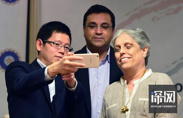 左一为OPPO全球海外市场负责人李炳忠