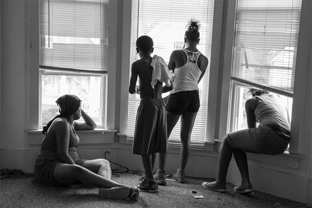 被驱逐的租客看着他们的家当被搬上大街,摄影:Michael Kienitz
