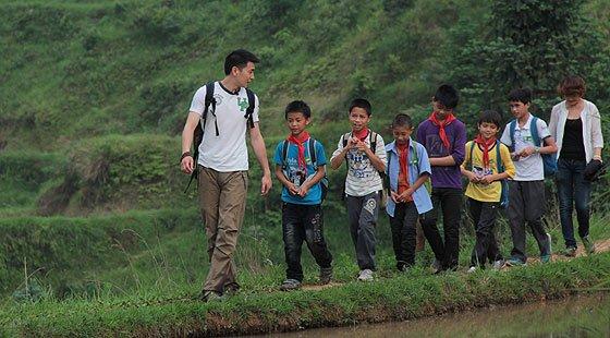 保剑锋陪伴留守儿童走上学路