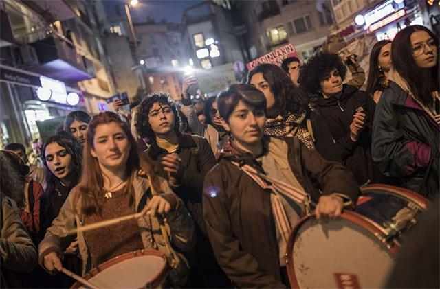 当地时间2017年4月18日,伊斯坦布尔女性举行游行抗议活动,反对公投结果(图源:Sipa)