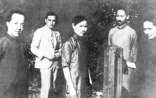 中国民权保障同盟部分成员合影,右起:宋庆龄、杨杏佛、黎沛华(宋秘书)、林语堂、胡愈之